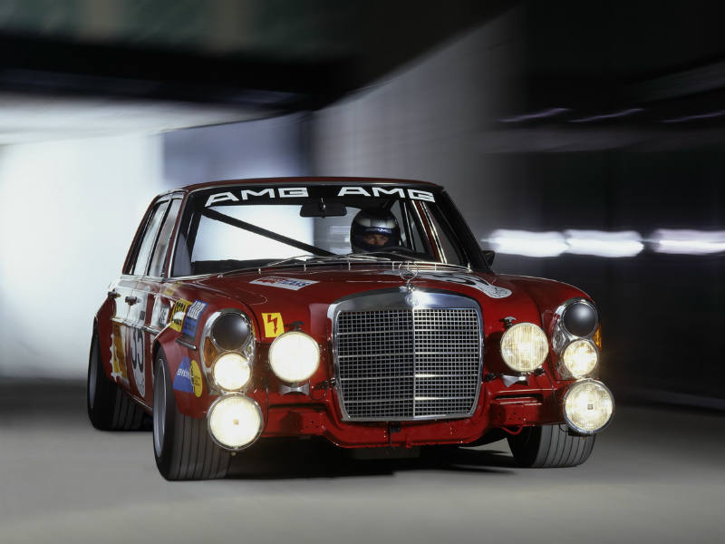 The 300 SEL was an epic car. It's design is timeless and even in 1971, it came with a 6.8 L, 428 bhp, V8 motor capable of hitting 265 kph. A hundred came up in 4.2s, back in 1971! It proved to the entire world that the Stuttgart-based car-maker could easily overcome weight and dimension issues and build a very agile, fun-to-drive and fast sports saloon