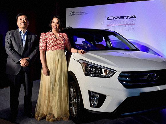Saina nehwal honoured by hyundai motor india limited