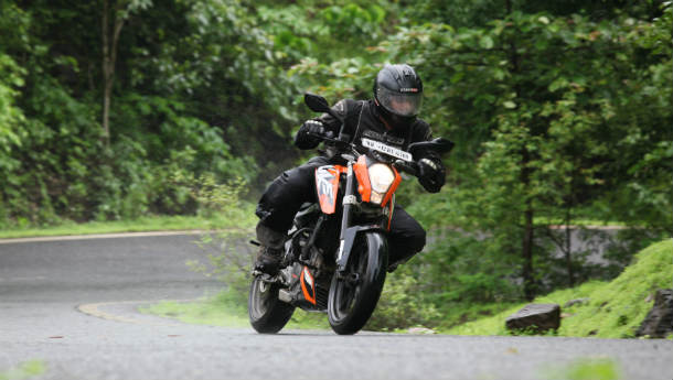 Bajaj Pulsar 200NS Vs KTM Duke 200 - Grilled!